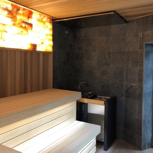 Сауна комбинированная из кедра, соляной стенки и талькохлоритной плитки